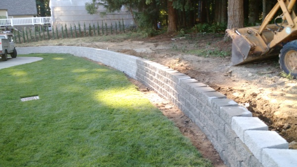 Stackable retaining walls